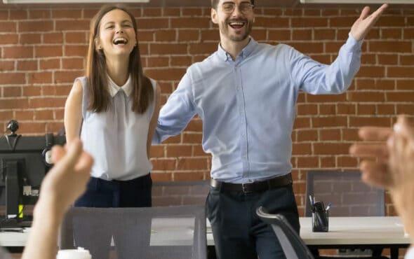 Cuatro ejemplos de reconocimiento laboral para motivar a tus empleados